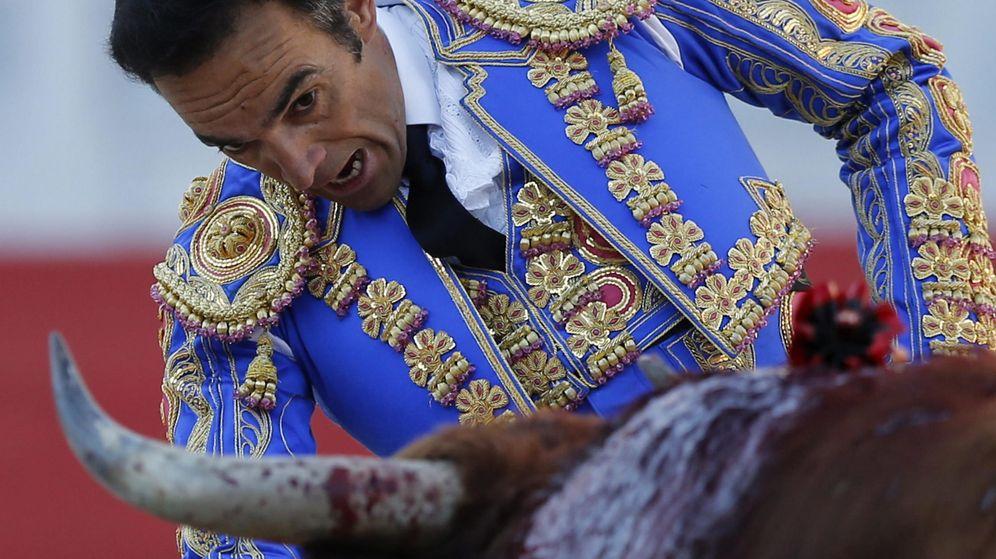 Foto: El torero español Manuel Jesús 'El Cid' durante una faena. (EFE)