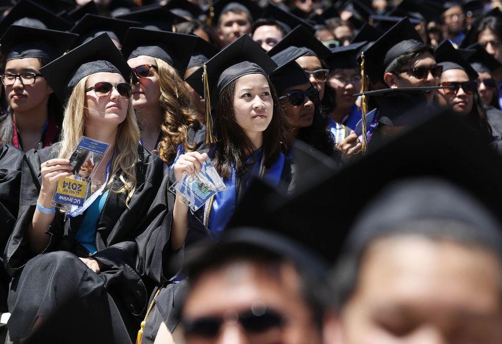 Foto: Graduados de la Universidad de California escuchan un discurso del presidente Barack Obama en Anaheim (Reuters).