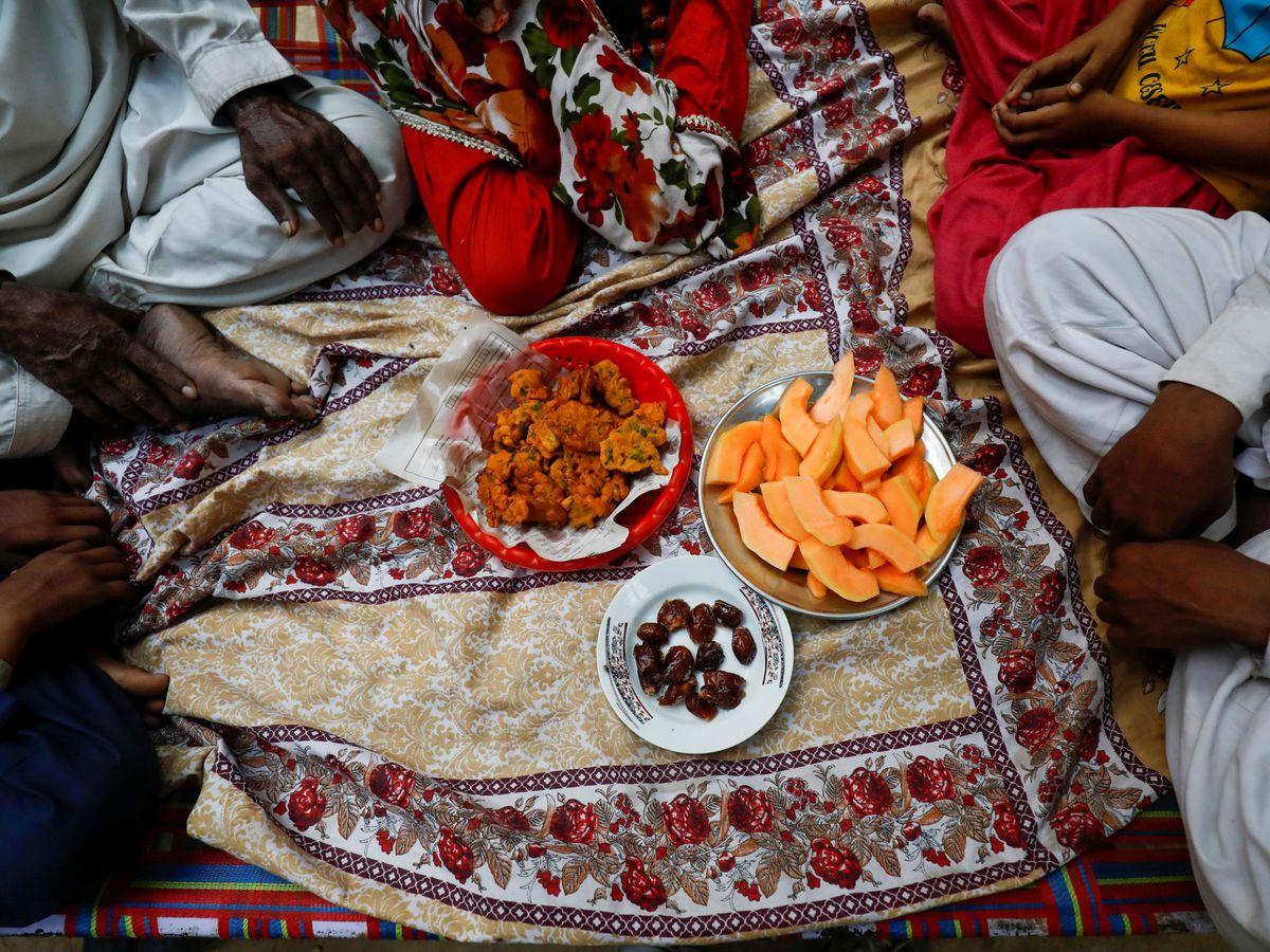 Foto: Una familia rompe el ayuno del Ramadán en Pakistán. (Reuters)