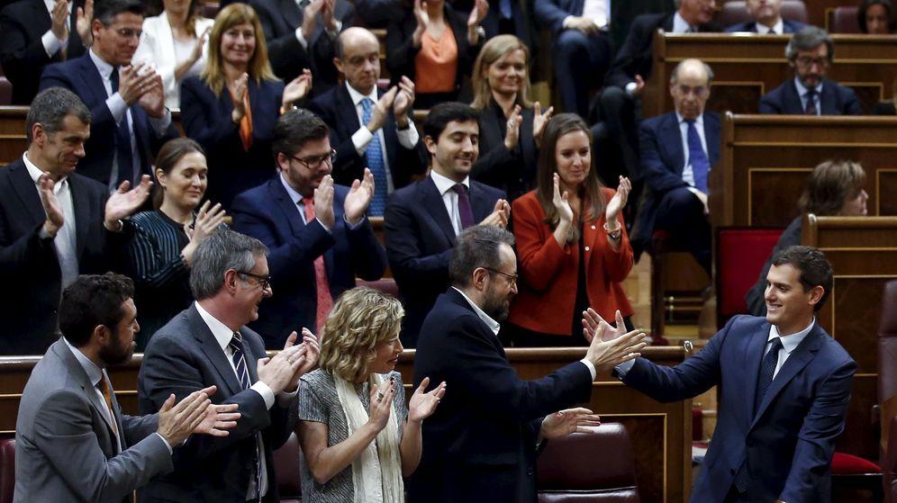 Foto: Albert Rivera, aplaudido por sus diputados tras intervenir en el Congreso. (Reuters)