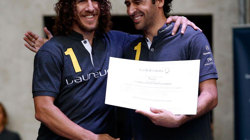 Foto: Carles Puyol, con Raúl, en los Laureus World Sportst Awards, en Berlín.