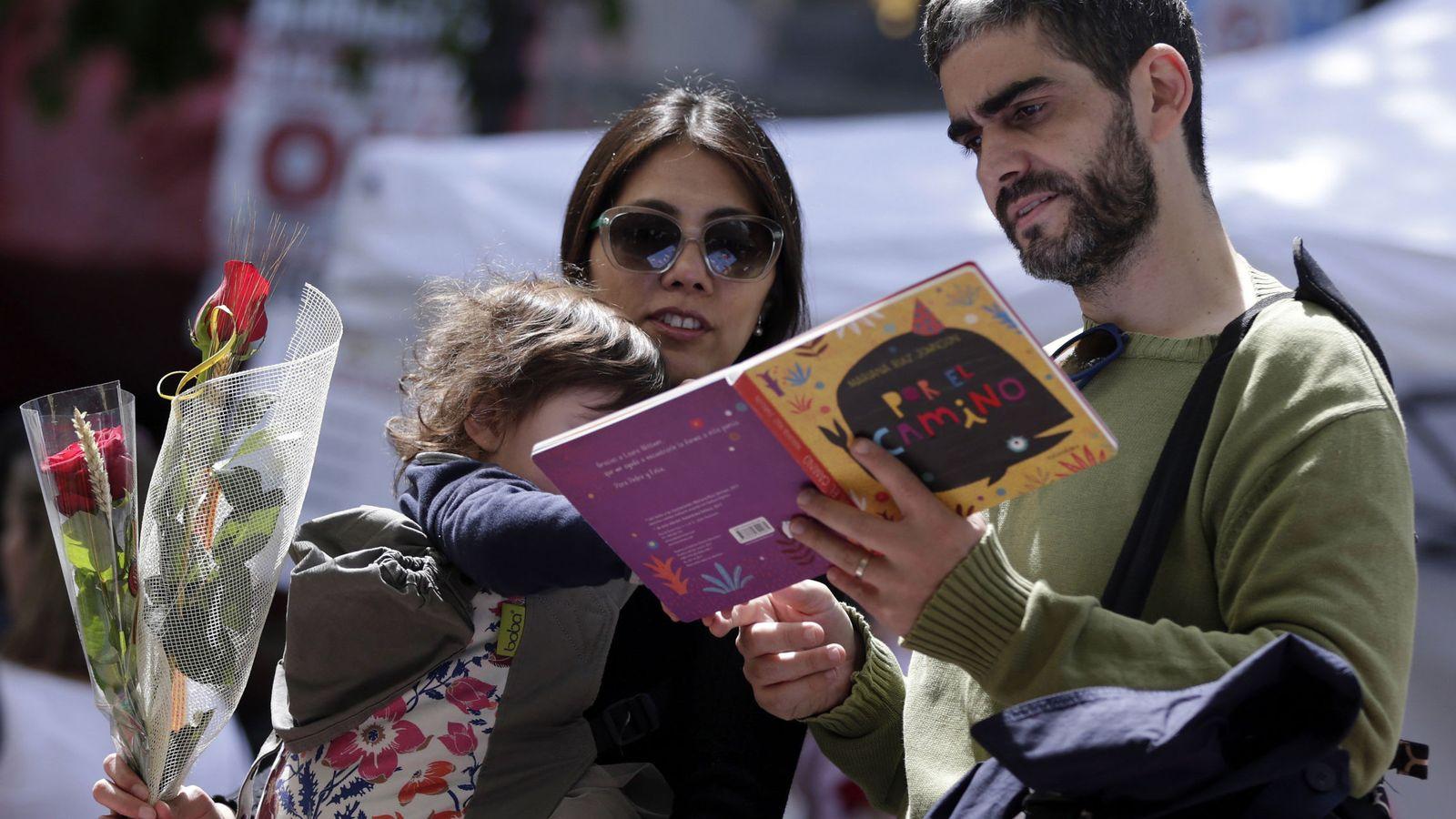 Foto: Fiesta de Sant Jordi 2017: rosas y libros en Barcelona. (EFE)