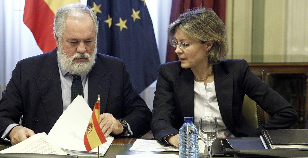 Foto: Miguel Arias Cañete junto a la actual ministra de Agricultura, Alimentación y Medio Ambiente, Isabel García Tejerina, en 2013. (EFE)