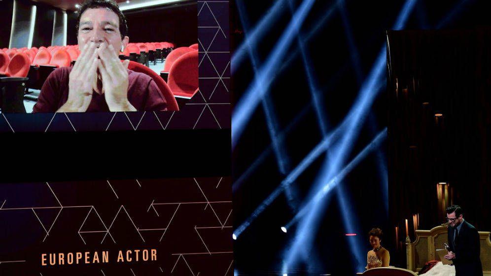 Foto: Momento en el que el actor español recibe el premio desde el Teatro del Soho, en Málaga. (EFE)