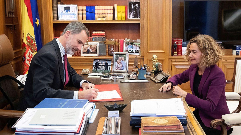 Imagen del despacho de don Felipe, con la fotografía en la estantería superior. (Casa Real)