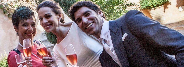Foto: Mary Guillén con los novios el día de la boda (Facebook)