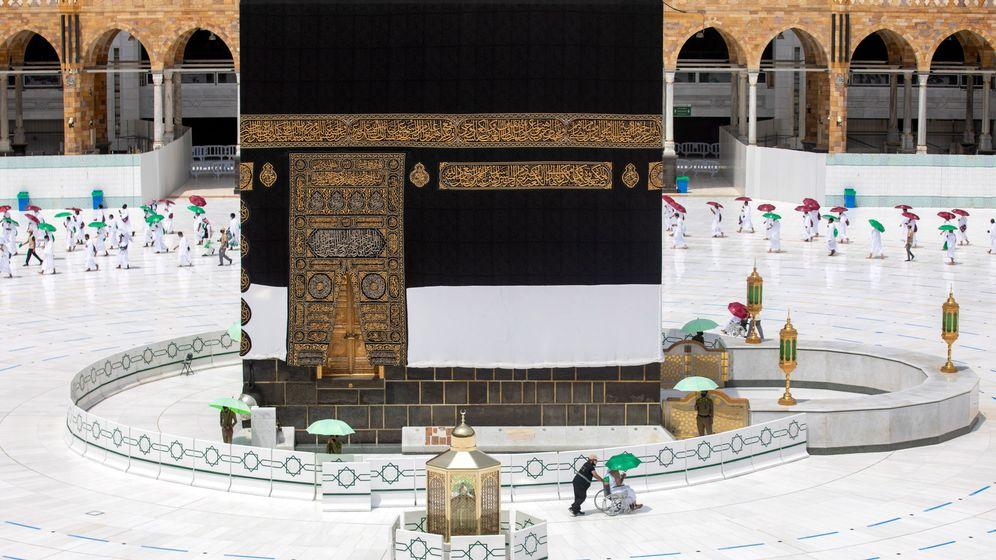 Foto: Apenas unas decenas de personas caminan alrededor de la Kaaba en La Meca durante el 'hajj' (EFE)