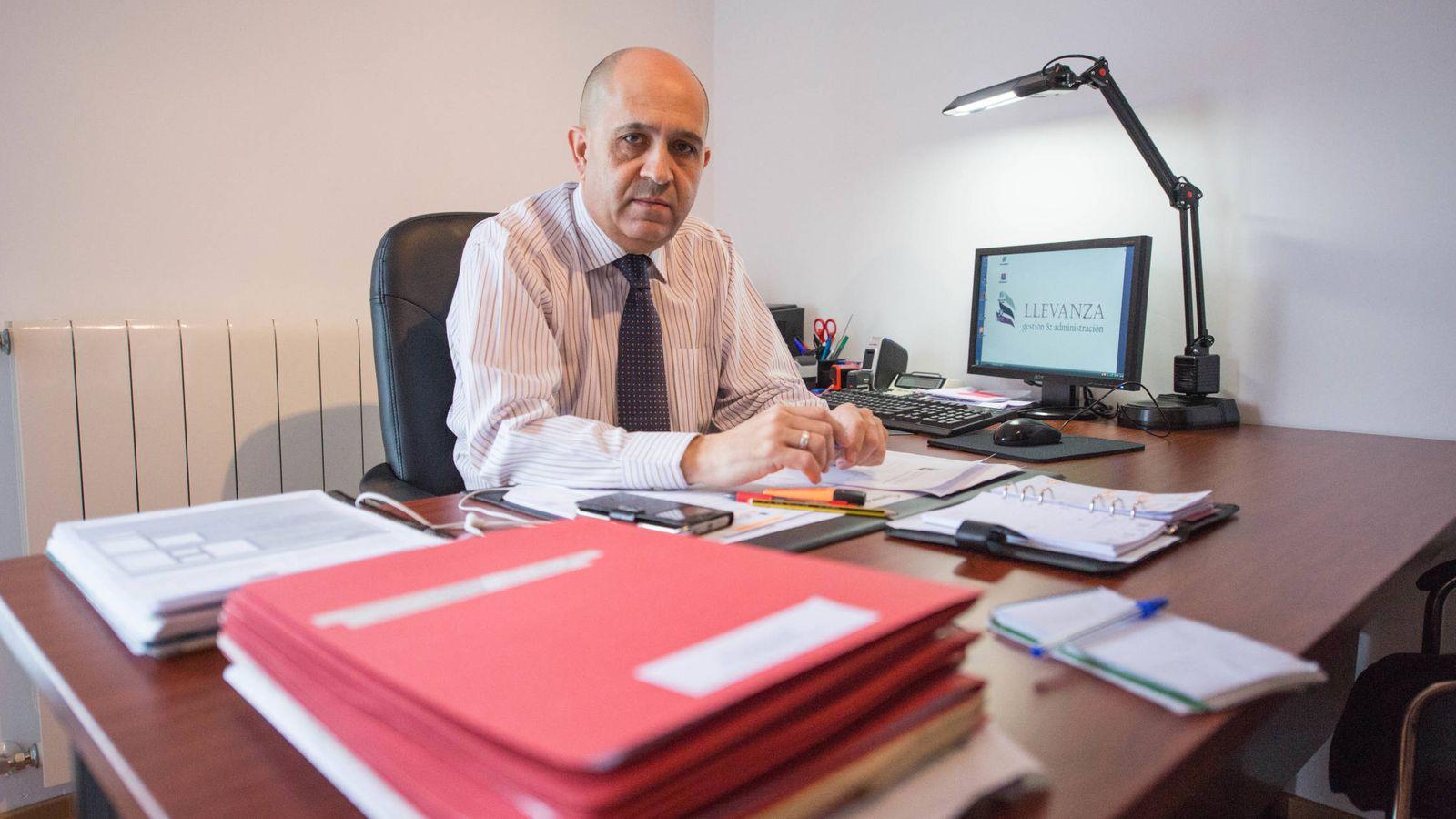 Foto: José Ángel Fernández, administrador de fincas, en el despacho que tiene ubicado en su hogar. (D. B.)