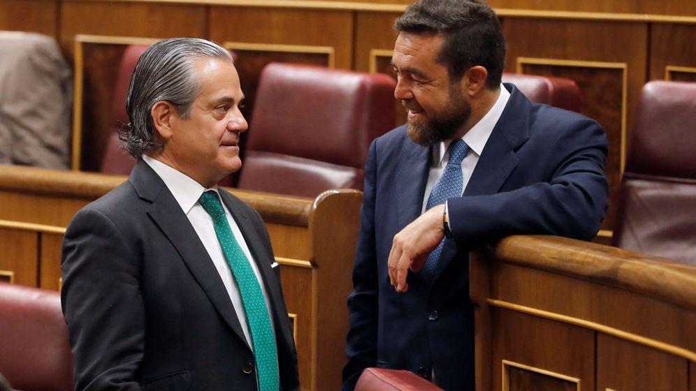 Foto: El expresidente de Coca-Cola y diputado, Marcos de Quinto, conversa con el secretario general del grupo, Miguel Gutiérrez. (EFE)