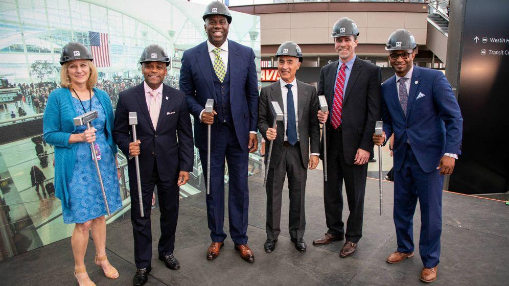 """Foto:  Kim Day, consejera delegada del aeropuerto, Michael B. Hancock, alcalde de Denver, Earvin """"Magic"""" Johnson, de JLC Infrastructure, y Rafael del Pino, presidente de Ferrovial"""