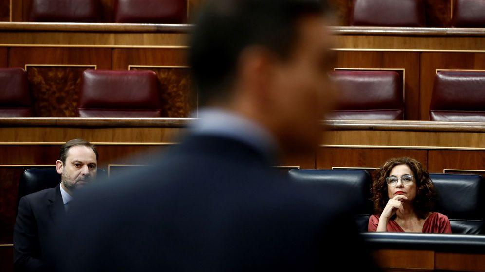 Foto: El presidente del Gobierno, Pedro Sánchez, ante la mirada de los ministros José Luis Ábalos y María Jesús Montero. (EFE)
