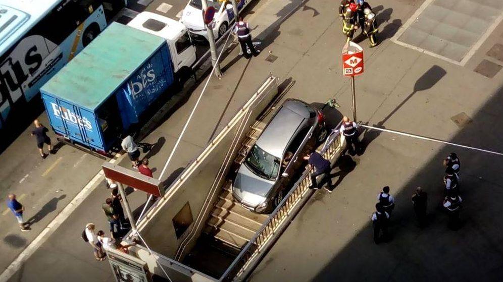 Foto: Imagen del coche tras introducirse en la boca de metro de un centro comercial. (Efe/ Twitter)