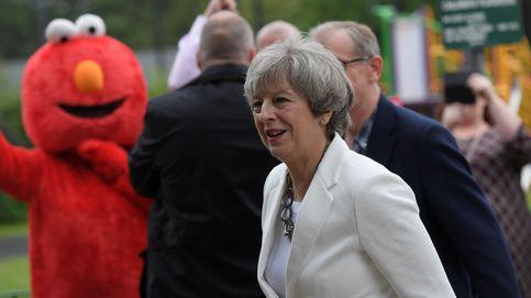 Theresa May vota en las elecciones... acompañada de Elmo, de 'Barrio Sésamo'