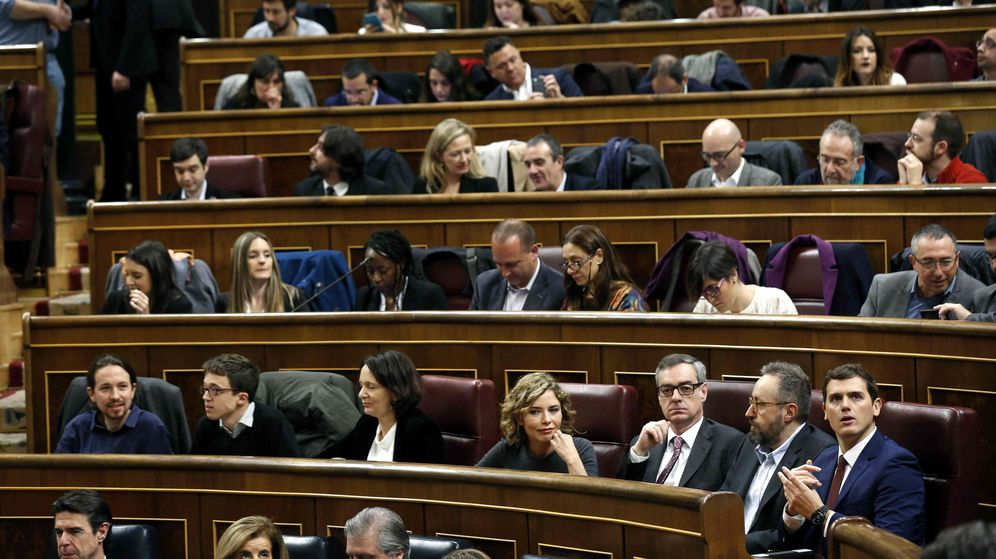 Foto: Albert Rivera y Pablo iglesias, sentados muy cerca en la constitución de las Cortes. (EFE)