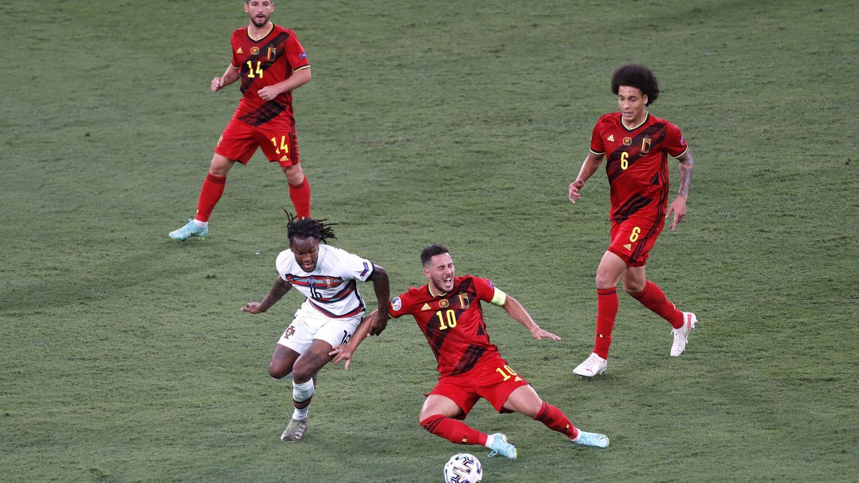 Eden Hazard recibe una falta de Renato Sanches. (Reuters)