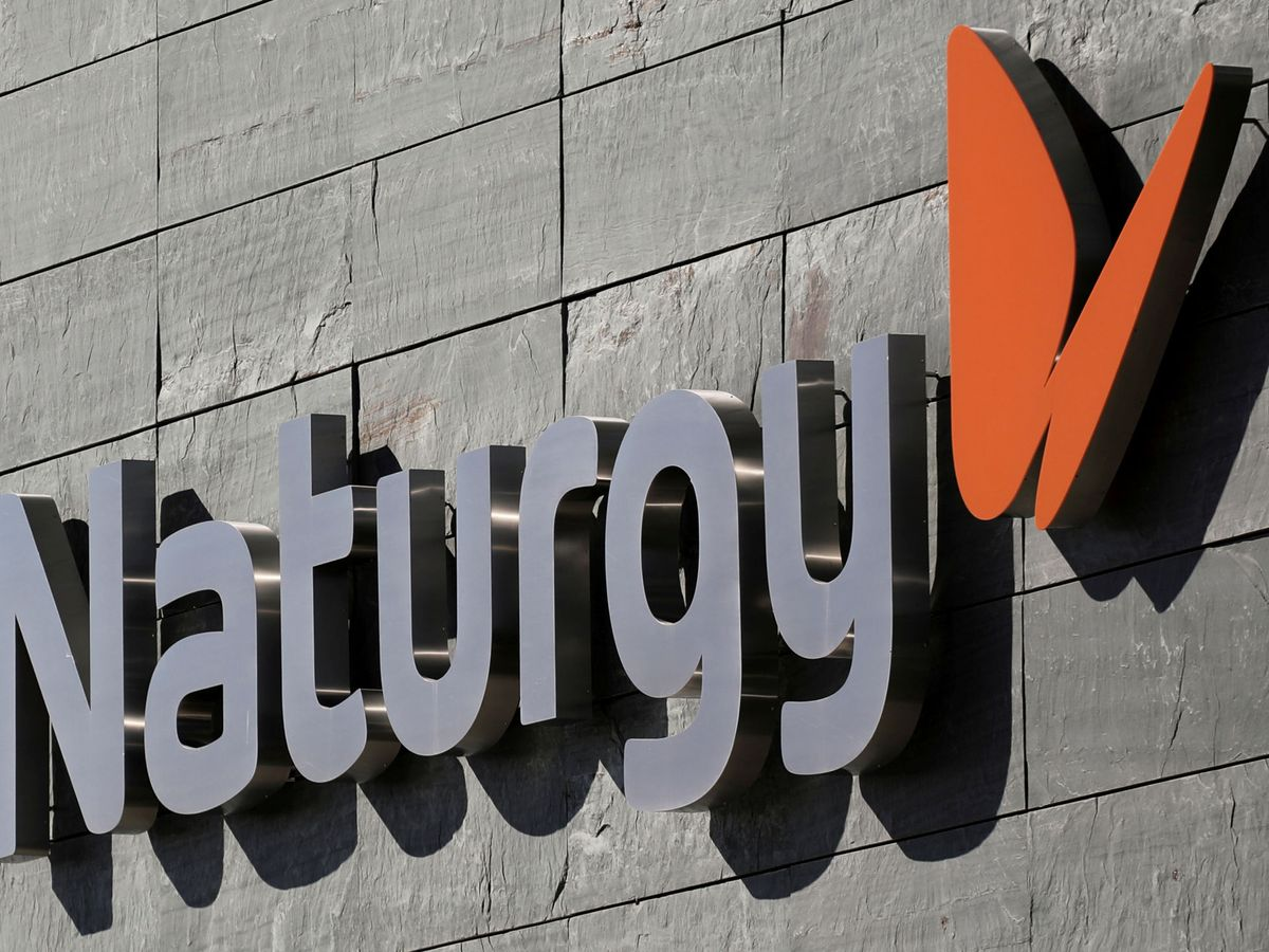 """Foto: File photo: the logo of spanish energy company """"naturgy"""" is seen in its headquarters in madrid"""