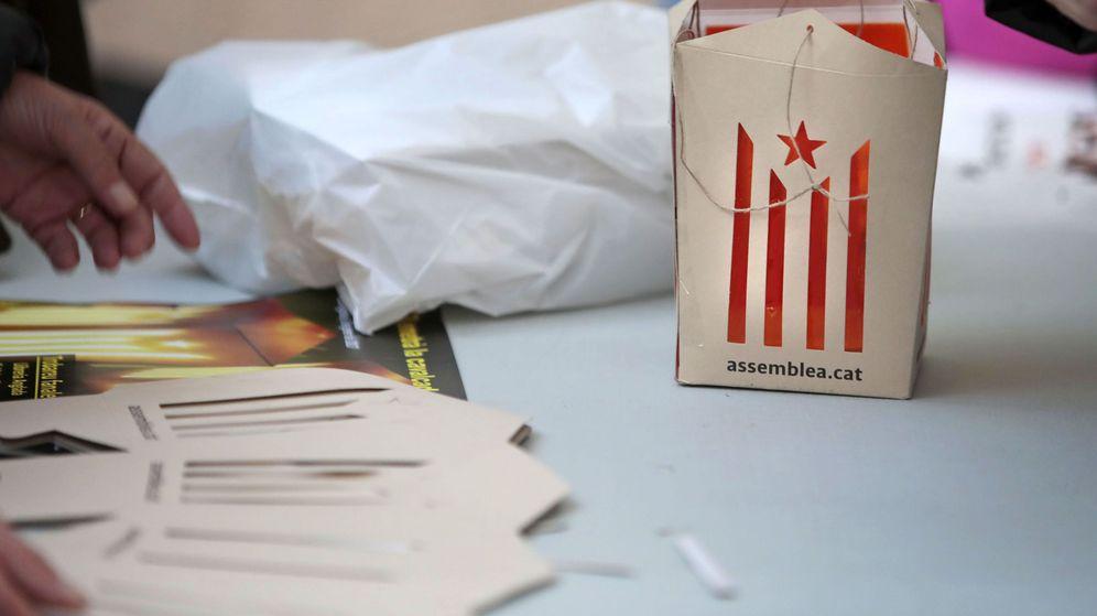 Foto: Venta de 'fanelets' (farolillos rojos) con la estelada para la cabalgata de Vic. (EFE)