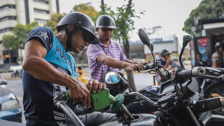 Un hombre llena con gasolina su moto en Caracas. (EFE)