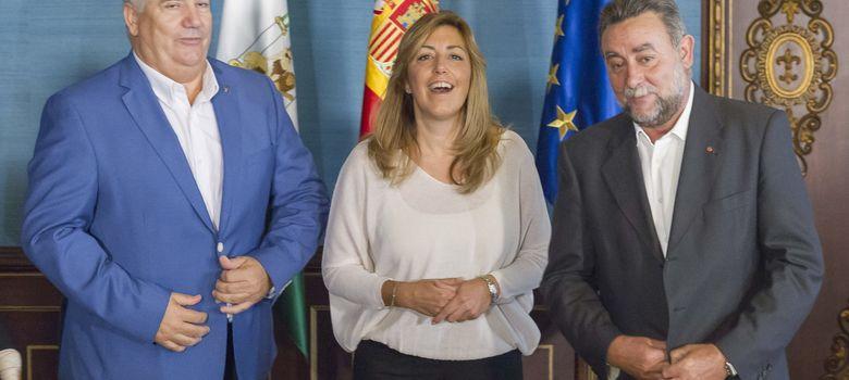 Foto: La presidenta de la Junta, Susana Díaz, y los secretarios regionales de CCOO y UGT, Francisco Carbonero (i) y Francisco Fernández. (EFE)