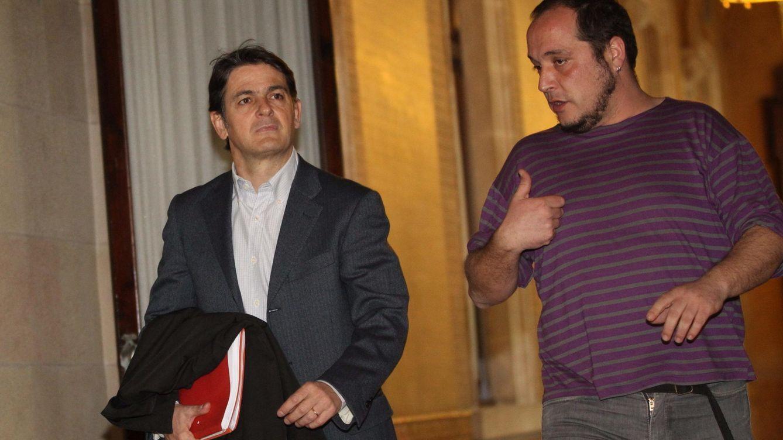Foto: El presidente de la comisión de investigación sobre fraude y evasión fiscal, David Fernández (d), junto a Oriol Pujol. (EFE)