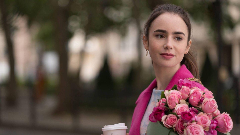 Las cejas de Lily Collins en 'Emily in Paris' y su cabello largo y ondulado se han convertido en una firme tendencia de belleza. (Netflix / Cordon Press)