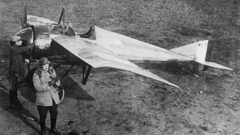 Jules Vedrines y uno de sus ayudantes, en 1911