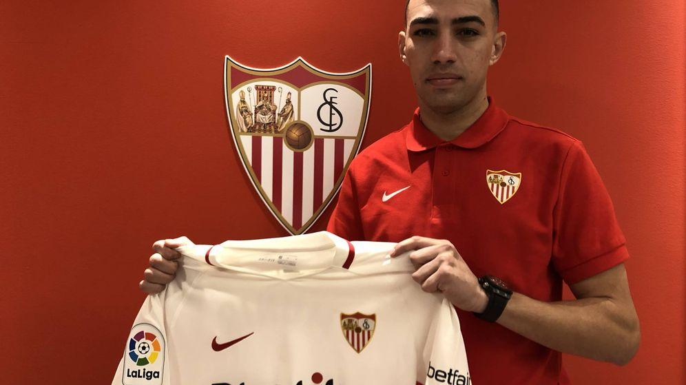 Foto: Munir posa con la camiseta del Sevilla. (SFC)