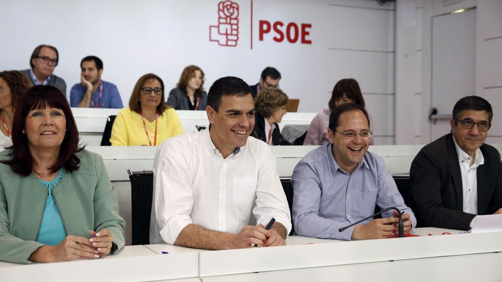 Foto: Micaela Navarro, Pedro Sánchez, César Luena y Patxi López en el último comité federal del PSOE, el pasado 30 de abril, el que aprobó las primarias exprés. (EFE)