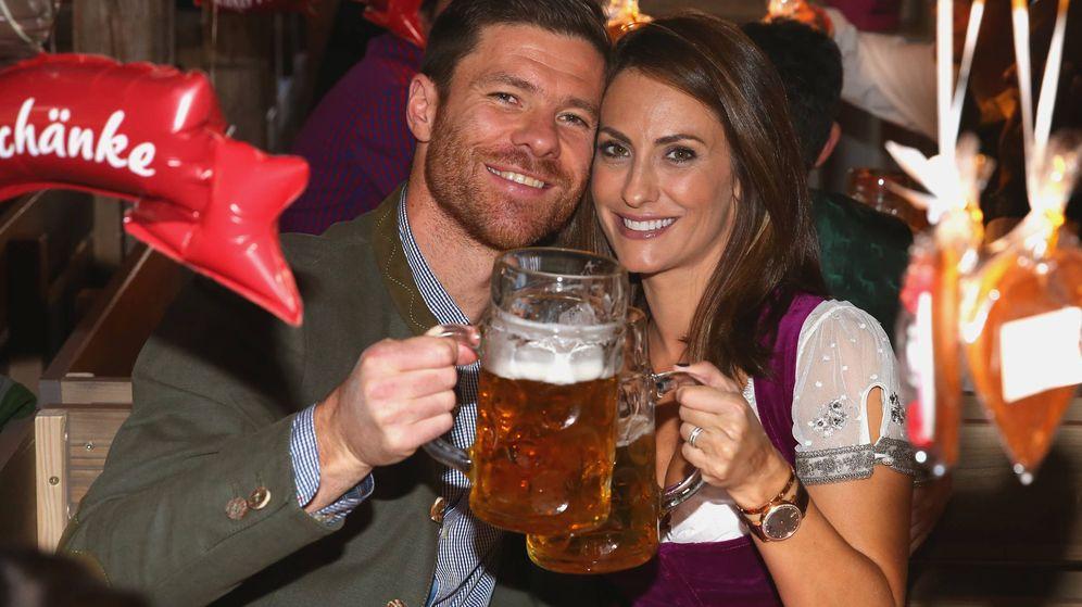 Foto: Xabi Alonso y su mujer, Nagore Aranburu, en la fiesta de la cerveza del Bayern en Múnich. (Gtres)