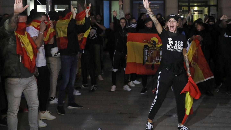 Manifestantes realizan el saludo fascista en Barcelona. (EFE)