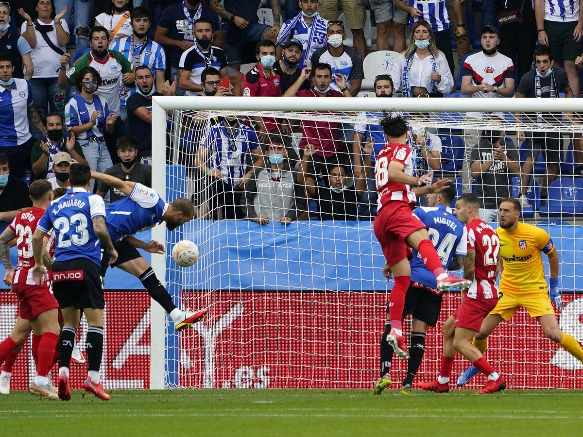 Foto: Víctor Laguardia anota el único tanto del partido con un gran cabezazo. (Reuters)