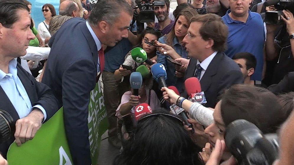 Foto: José Luis Martínez-Almeida (d), en plena discusión con el portavoz de Vox, Javier Ortega Smith (2i), el pasado 19 de septiembre. (EFE)