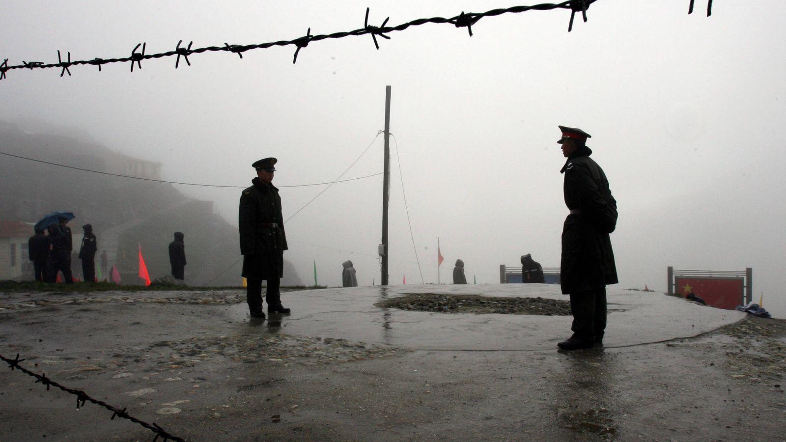 Foto: Soldados chinos custodian el paso de Nathu La, en la frontera con la India en el Himalaya, en julio de 2006. (Reuters)