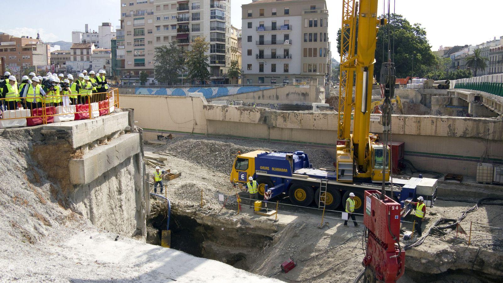 Foto: Obras del metro de Málaga, a su paso por el centro de la ciudad, en mayo de 2017. (EFE)