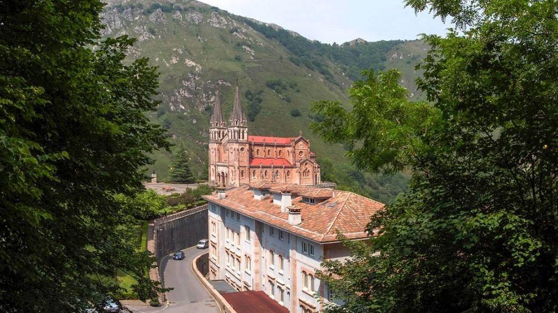 El Gran Hotel Pelayo con el santuario al fondo.