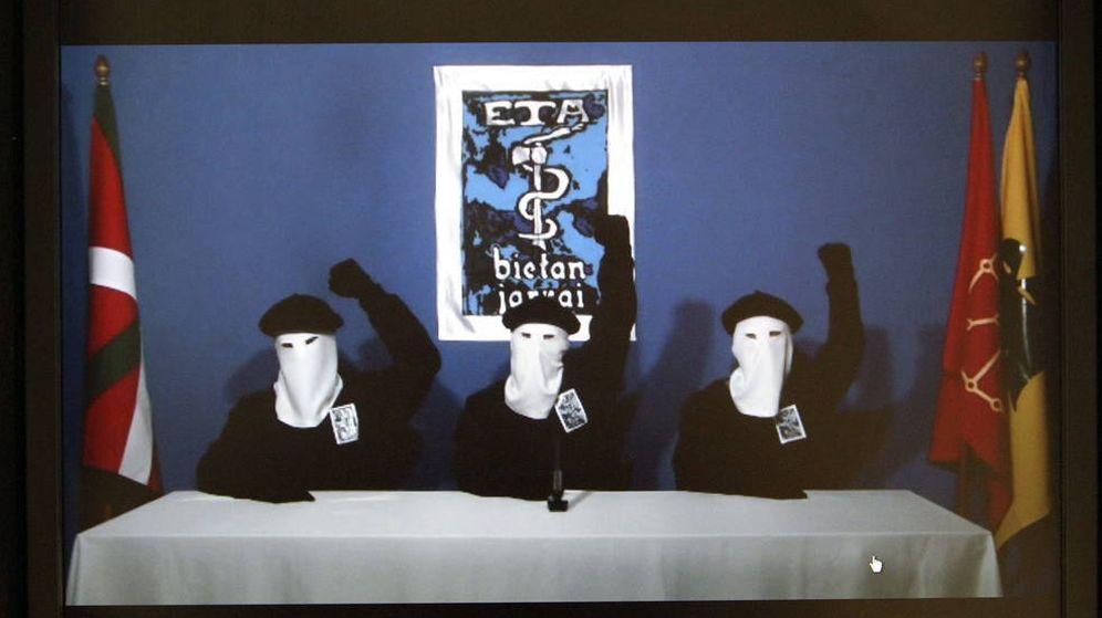 Foto: Miembros de la banda terrorista ETA declaran su último alto el fuego el 20 de octubre de 2011. (Gara)