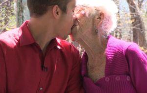 Tiene 31 años y su novia 91: es Kyle Jones y le atraen las mujeres mayores