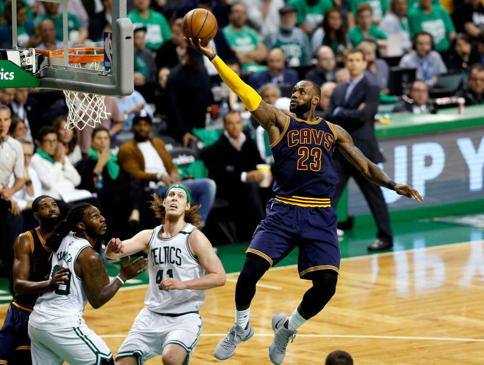 Foto: Lebron James en el partido contra los Boston Celtics. (Reuters)