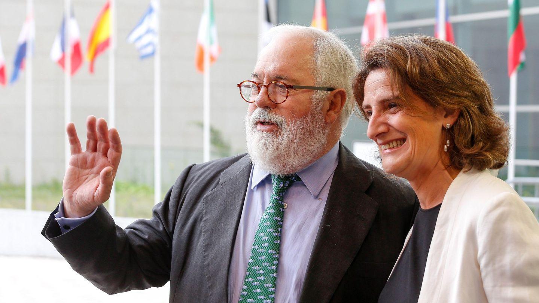 Ribera, con Arias Cañete, comisario europeo de Clima y Energía, miembro del PP y su predecesor en el cargo. (EFE)