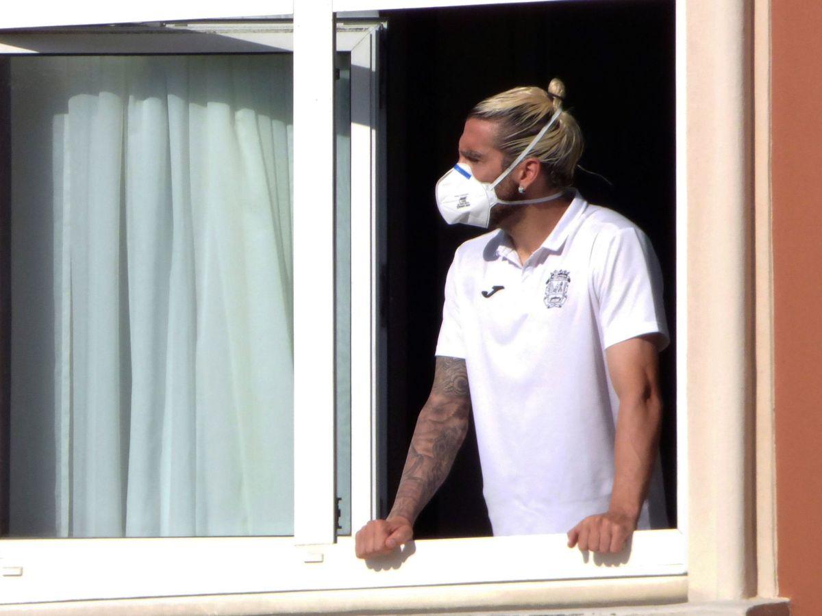 Foto: Un futbolista del Fuenlabrada se asoma a la ventana de su habitación en el hotel de A Coruña. (Efe)