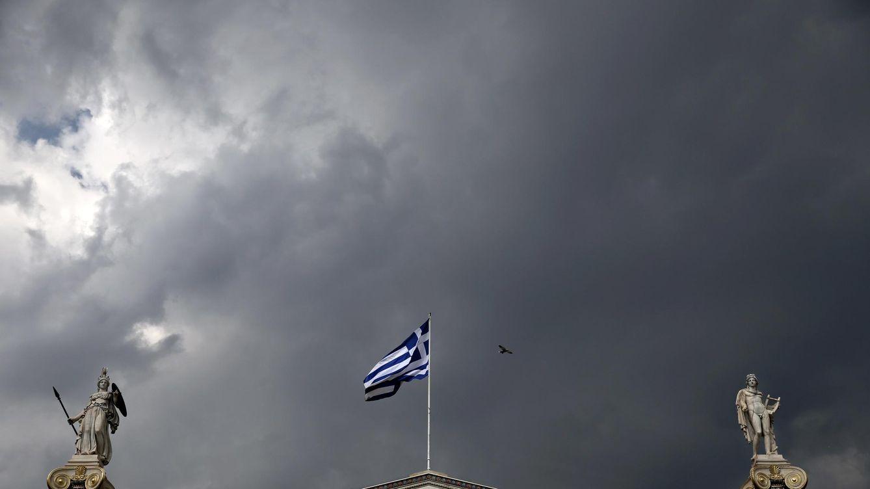 Foto: La bandera griega ondea sobre un templo de Atenas. (Reuters)