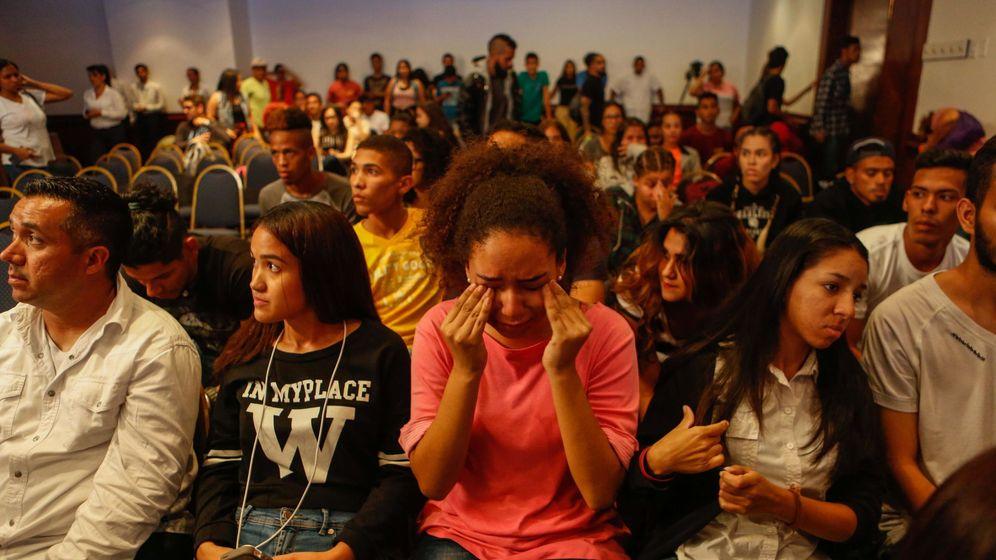 Foto: Simpatizantes del candidato opositor Javier Bertucci reaccionan durante el anuncio de los resultados de las elecciones de Venezuela. (EFE)
