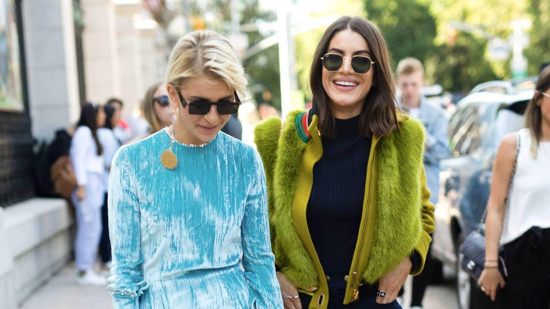 Caroline Daur y Camila Coelho en la Semana de la Moda de París. (Cordon Press)