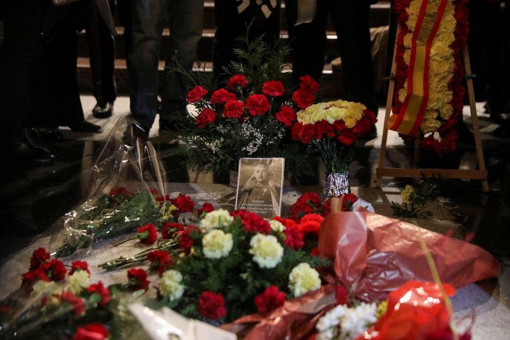 Foto: Flores sobre la tumba de Francisco Franco en el 43º aniversario de su muerte, el pasado 20 de noviembre en el Valle de los Caídos. (Reuters)
