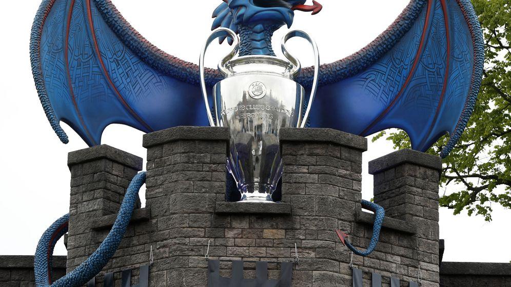 Foto: El dragón custodia la Copa de Europa. (Reuters)