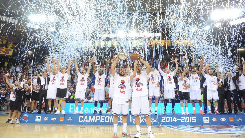 Foto: El Real Madrid con el título de campeón de Liga (ACB Media).