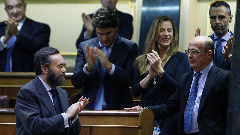 El diputado de Vox Ignacio Gil Lázaro, nuevo vicepresidente cuarto de la Mesa, a la derecha. (EFE)