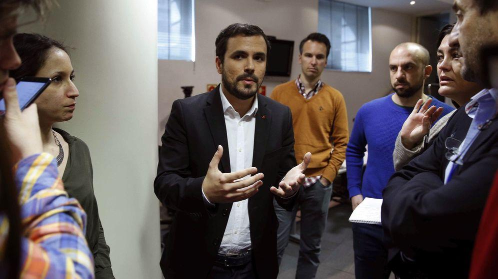 Foto: Alberto Garzón, el pasado 9 de marzo charlando con los periodistas en el Congreso. (EFE)