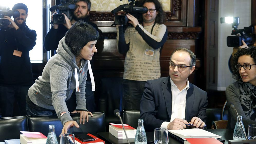 Foto: La diputada de la CUP Anna Gabriel (i), junto a Jordi Turull (c) y Marta Rovira de Junts pel Sí. (EFE)