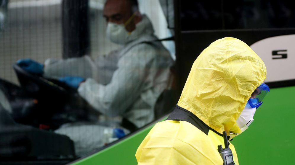 Foto: Un miembro de la Unidad de Emergencia Militar ante un autobús en Madrid. (Reuters)